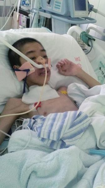孙硕在接受治疗。京华时报记者谭青摄