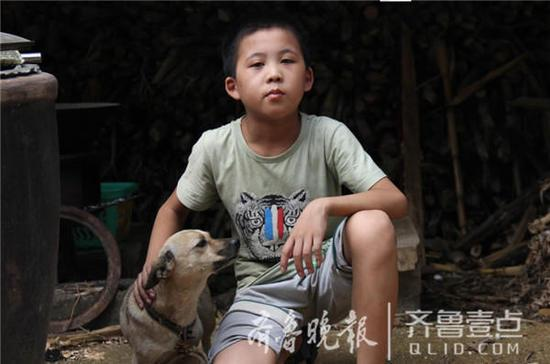 独居的日子,狗成了李秋运最重要的伙伴。