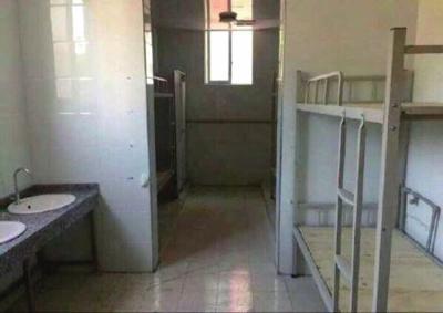 公厕改成的宿舍。央视新闻