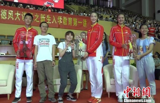 三位奥运健将返回母校,令南京师范大学的同学们全场失控,齐声大喊偶像名字。 李珂 摄