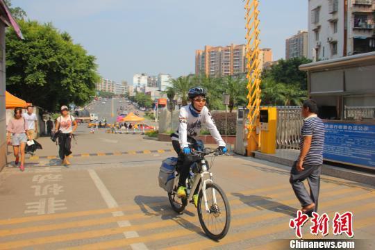 近日,骑行进入江西理工大学校园的周琦桓。 王文贤 摄