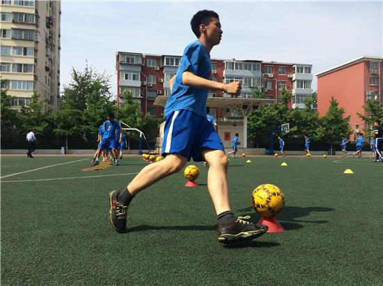 2016年北京市体育中考首次增加了足球为可选考试项目。西城区教育研修学院组织中学教师在三帆中学进行了一节足球教学研讨课。视觉中国供图