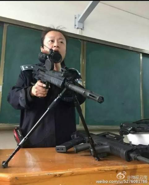 1000 近日,云南司法警官职业学院的枪械课教师霸气侧漏的上课方式,走红网络!单手举起狙击枪毫不费力。