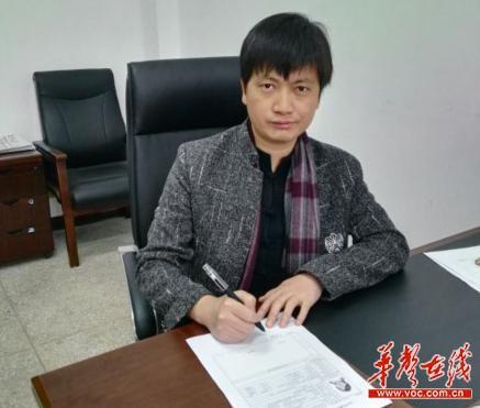 """""""高考愚公""""张一一在湖南湘阴知源中学报名点填写高考报名表"""
