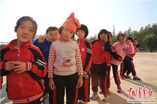 北京临川学校二年级的同学们排队准备上体育课。孙亚男/摄