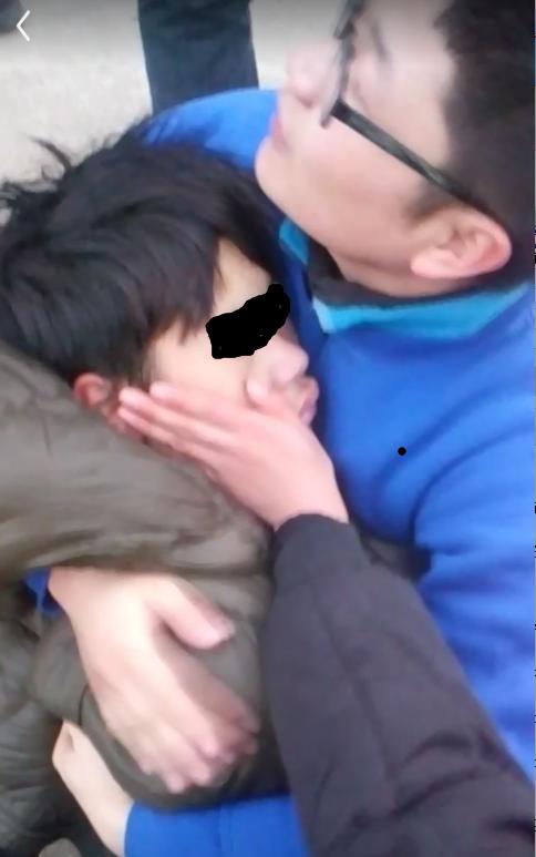 谢晓敏将外套脱下裹在刘强身上。视频截图