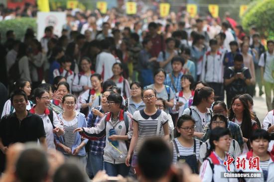 6月9日下午,大批考生从南京一处高考考点内轻松走出。当日,随着江苏等地2016普通高校招生全国统一考试的结束,中国高考落下帷幕。中新社记者 泱波 摄