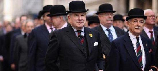 与英国人接触时间长了,我会觉得他们很多时候也像某些中国人一样装逼,闪烁其词,令人作呕。