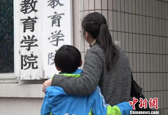 母亲对何宜德八岁考大学的做法感到有点忧虑。 葛勇 摄