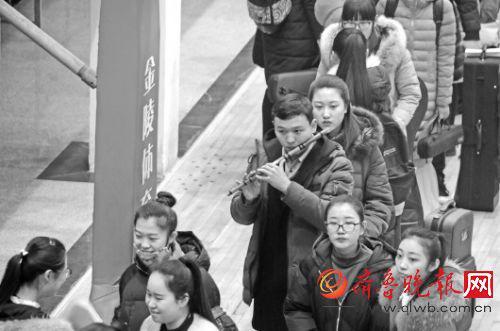 16日,在烟台大学,考生排队等候考试。本报记者赵金阳摄