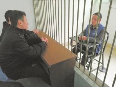 20日,资阳市看守所,2016年国家执业资格考试组织作弊案主谋段某接受讯问。田雪皎摄