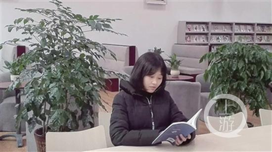 雷思俞在读书。
