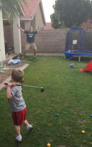 """一杆进""""洞""""男孩完美演绎短切球进爸爸嘴巴"""