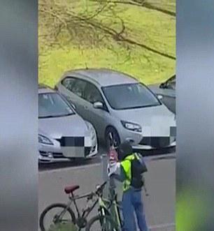 英男子光天化日持斧偷抢自行车吓坏民众