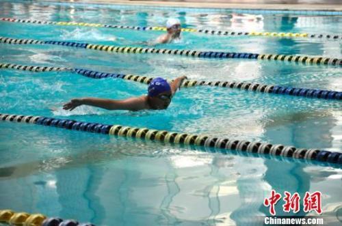 资料图:游泳爱好者在比赛中。