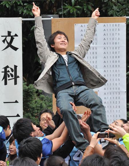 日本东京,考生在东京大学查看入学考试结果。东京大学是日本最知名的大学之一。视觉中国供图(资料图片)