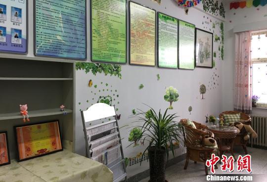 """图为学生宿舍楼里设立""""绿色心晴""""工作室。 钟欣 摄"""