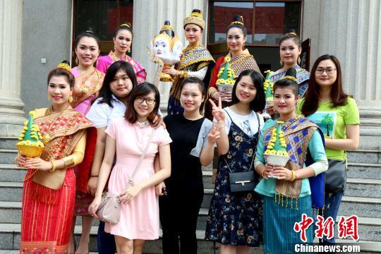 图为广西大学生与东盟留学生合影。 邓惠文 摄