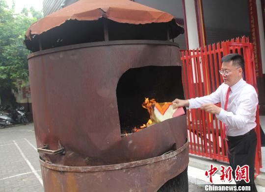 点香烧金纸,印尼华人的祭祀程式与中国完全一样。 林永传 摄
