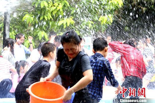 图为各国学生泼水嬉戏。 邓惠文 摄