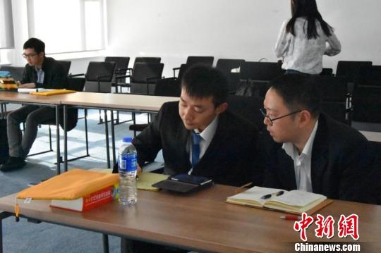 图为参加辩论赛的选手们三三两两讨论。