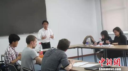 图为比赛过程中,辩手们轮番上台陈诉。