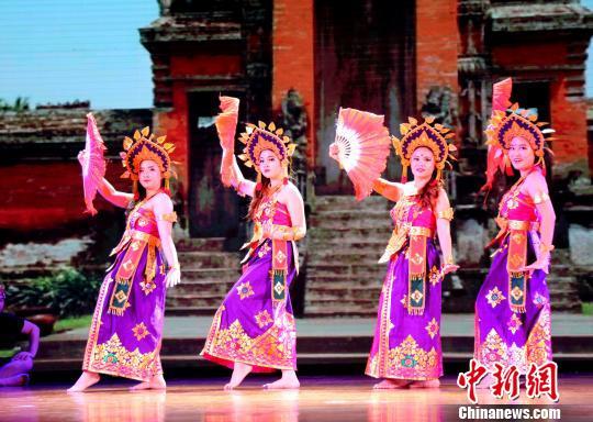 图为东盟留学生表演本国特色舞蹈。 邓惠文 摄
