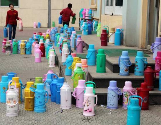 水房门口的壶阵。图片来源:中新网