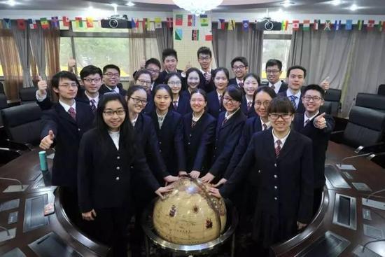 图为南京外国语学校今年被保送清华、北大的同学们合影。
