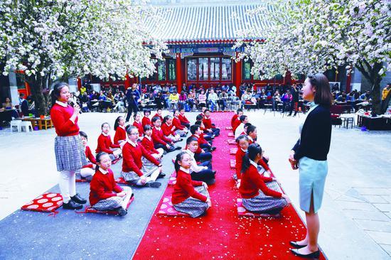 小学生在上传统文化课。摄/通讯员 周良