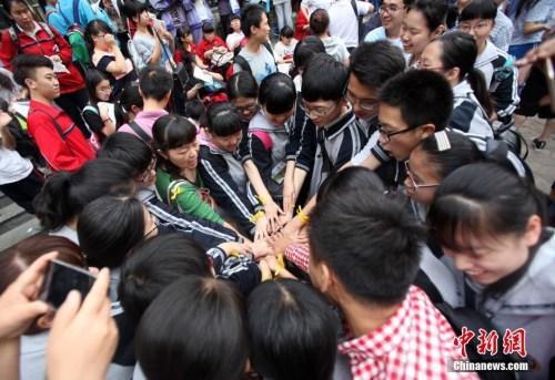 资料图:2016年6月7日,河北石家庄的高考考生在相互祝福。 中新社记者 翟羽佳 摄