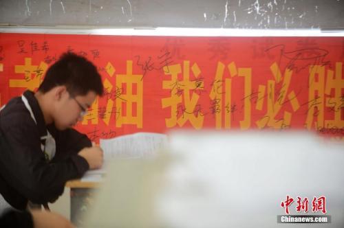 资料图:2016年5月25日,江苏扬州一所中学校园内挂满了正能量励志横幅标语。孟德龙 摄