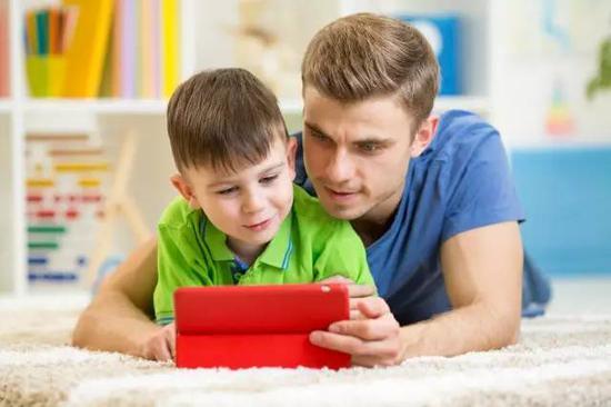 在跟读模仿的时候,孩子可参考以下的步骤: