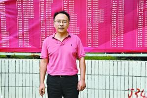 姚亮站在学校高考红榜前。