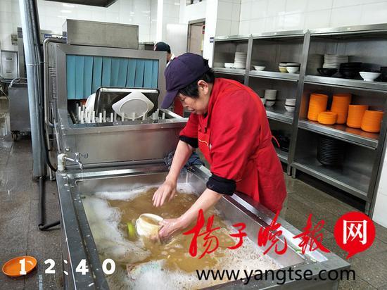 """图为束燕萍镜头下的""""洗碗工""""薛阿姨的1天"""