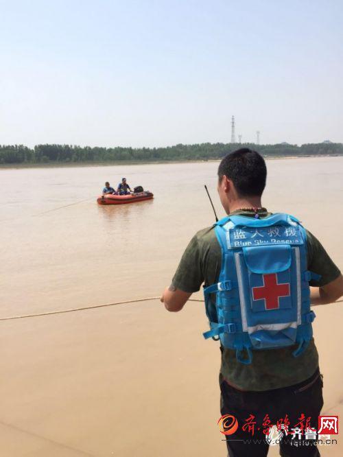 下午1点左右,在可疑水域,蓝天救援队终于找到了小魏的遗体。