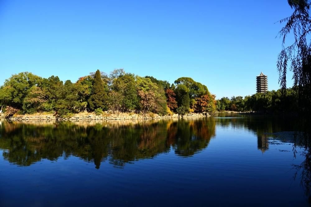 北大著名的未名湖与博雅塔