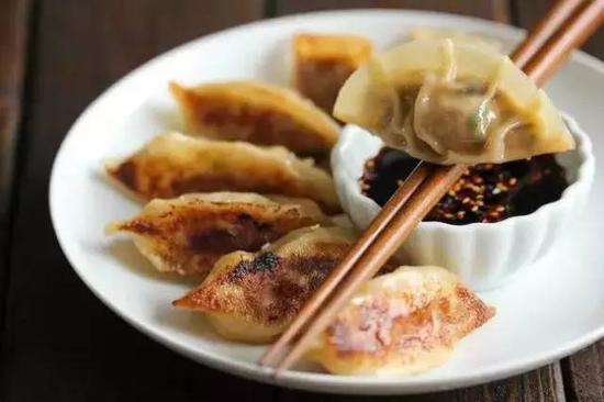 这里的锅贴,其实更接近于煎饺。皮比较厚,煎锅之后脆脆的,再蘸上美国人喜爱的酱汁,可以说是一道不错的开胃小菜。