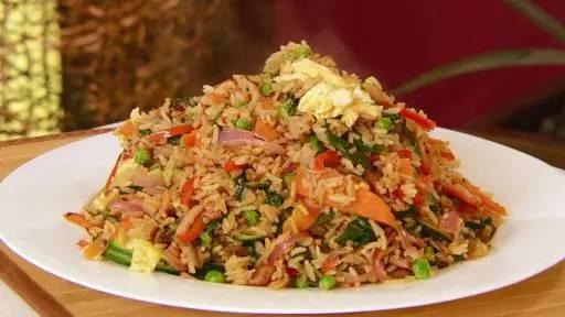 美国中餐里的炒饭相对来说会多加一些酱汁,比如酱油,来加重食物的味道。点单的时候也可以搭配各种肉类和蔬菜。
