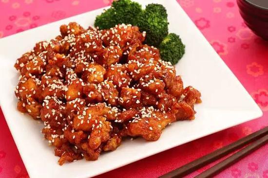 这道菜,大概可以理解为加了芝麻的左宗棠鸡,没有辣,但是更甜。通常会搭配西蓝花一起端上来。
