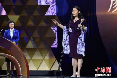 资料图:颜宁获得影响世界的华人大奖。 中新网记者 金硕 摄