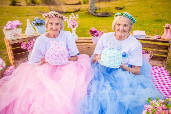 100岁双胞胎姐妹一起过生日 这照片美哭