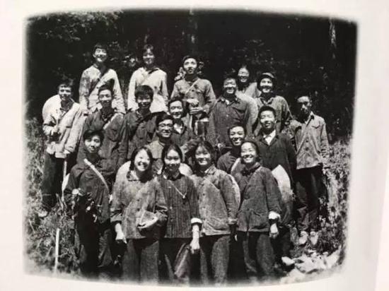图为苗文明大学时期的同学合影
