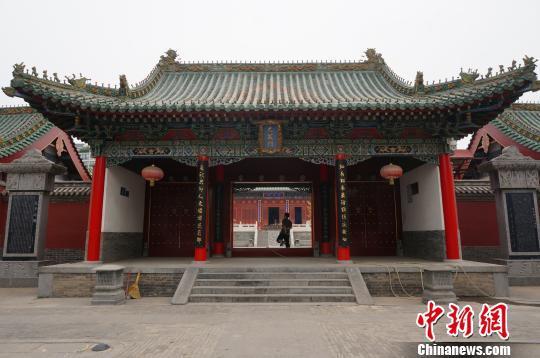 高考前夕,郑州文庙前来祈福的考生、家长寥寥。 韩章云 摄