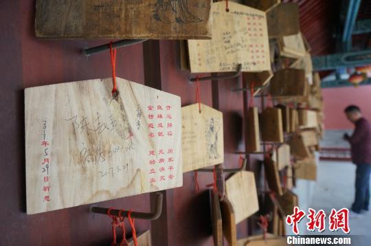 图为郑州文庙心愿长廊里挂满了高考考生的心愿。 韩章云 摄