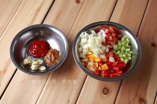 洋葱 红黄彩椒 芹菜和西红柿切成小粒备用