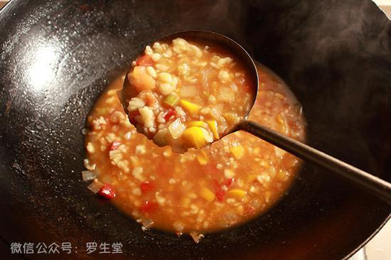 然后中火煮约三分钟左右放适量盐,至汤汁粘稠就可以了