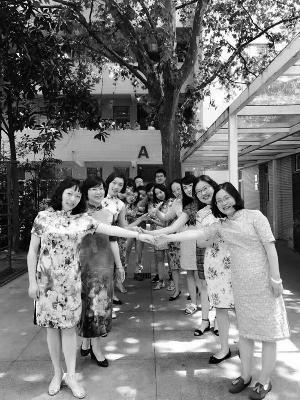 南外初三老师穿旗袍送祝福 网友供图