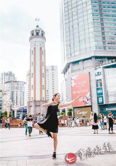 解放碑,最开心的时候,是站在城市的中心,看着周围的人都努力地奔赴自己的生活。