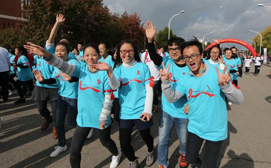 2016昆明首届红丝带健康跑活动在昆明医科大学举行。视觉中国供图(资料图片)